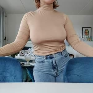 As fräsch beige turtleneck ifrån Gina Tricot. Storlek M, extremt skönt och stretchigt material. Kommer tyvärr inte till användning. Skickar gärna, frakt tillkommer.☺️