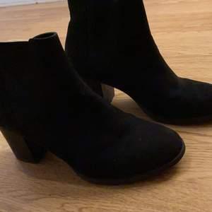 Boots Everyday Heel i klassisk modell med klack. Skafthöjd 11 cm, klackhöjd 5,5 cm.