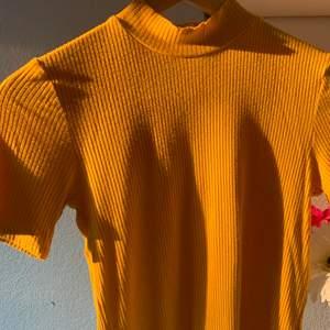 Ribbad gul turlte neck t-shirt
