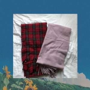 Härliga och mjuka halsdukar, 50kr/st. Den lila/rosa har aldrig använts. Köparen står för frakten