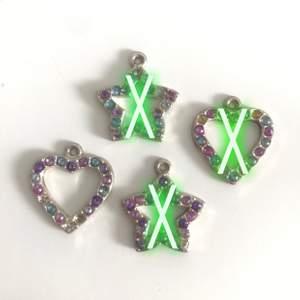 Söta smycken, kan göras om till tex örhängen eller som smycke på halsband/armband, 20kr/styck (frakt 12kr)