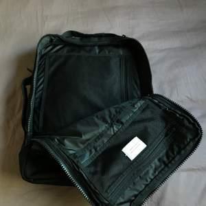 En mer unik ryggsäck hittar man inte. Att den är från Sandqvist is the cherry on top. Den har 3 avdelningar där man kan packa mycket grejor. Man kan bära denna väska på 3-4 olika sätt. Verkligen en guldvärd fynd. Använt mycket. Pris kan diskuteras