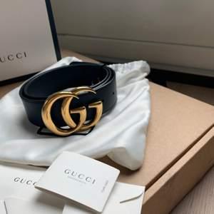Äkta Gucci double G bälte i guld (stor). Använd en del men i väldigt bra skick. Säljer på grund av att jag inte fått någon användning av det på sista tiden. Köparen betalar frakten.