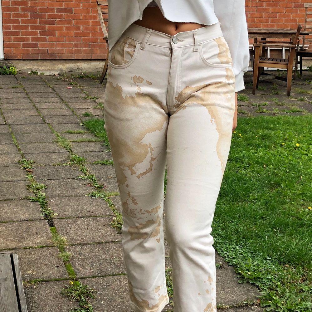 Supersnygga byxor köpta på Humana, fint skick! 💕köparen står för frakt ( mönstret föreställer en världskarta ) . Jeans & Byxor.