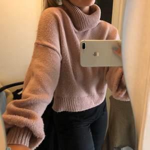 Säljer denna fina o sköna nude/rosa tröjan från NA-KD. Storlek M. Skriv vid entresse eller frågor
