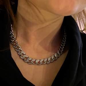 Ett silver kedje halsband med små diameter på (med diamanter menar jag glas) super snyggt och modernt💿  frakt betalar du📦