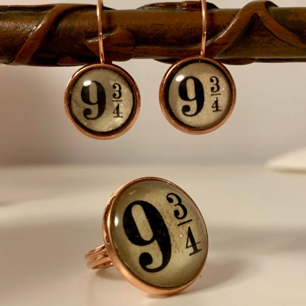 ⚡️Platform 9 3/4 earrings and ring⚡️(reglerbar) Se erbjudande på Instagram, heter numera kvicken.shoppen‼️ ••• kolla in mina andra smycken! ❤️ Frakten blir 15 kr hur mkt du än köper!✨. Accessoarer.
