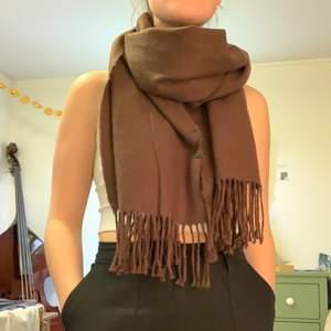 Brun halsduk från Gina Tricot. Sparsamt använd.