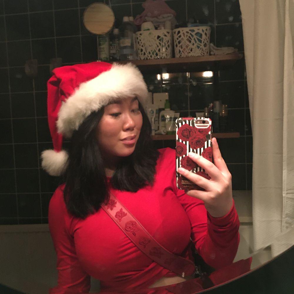 Denna röda topp, superfin och passar perfekt till fest samt jul. 110kr inkl frakt inga fel eller så på tröjan och använd fåtal ggr. Toppar.