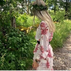 Drömfin blommig klänning🥺 (svarta bältet ingår inte). Perfekt till midsommar!! Använd ett fåtal ggr💓💓