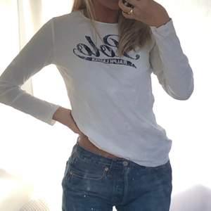 Långärmad t-shirt från Polo Ralph Lauren i str 12-14 men passar XS-S. Har en liten fläck på baksidan av ena ärmen.