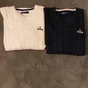 Säljer dessa två stickade tröjor från svea, en vit och en mörkblå.💙🤍