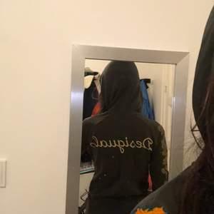 en så gullig y2k hoodie me kedja från desigual! den är grön/brun och har massor me olika detaljer💕💕skriv för fler bilder eller om ni har frågor! ☺️☺️