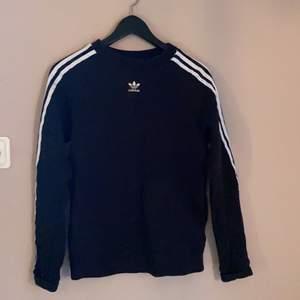 adidas sweatshirt storlek 36, knappt använd. 🖤🤍