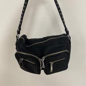 Säljer min fina svarta Noella väska i svart nylon. Mellanstorleken :) Nypris 650