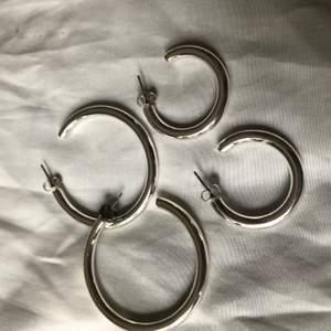 2 par örhängen i olika storlekar från hm, endast testade
