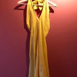 söt gul klänning som man knyter i nacken. Perfekt under sommaren på stranden och har en underbar gul färg☺️