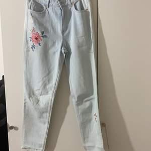 Jätte fina Ljus blåa jeans med rosor på. Ny pris:300kr.   Priset kan diskuteras