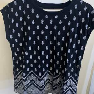 En svart T-shirt med tryck. Köpt i Italien