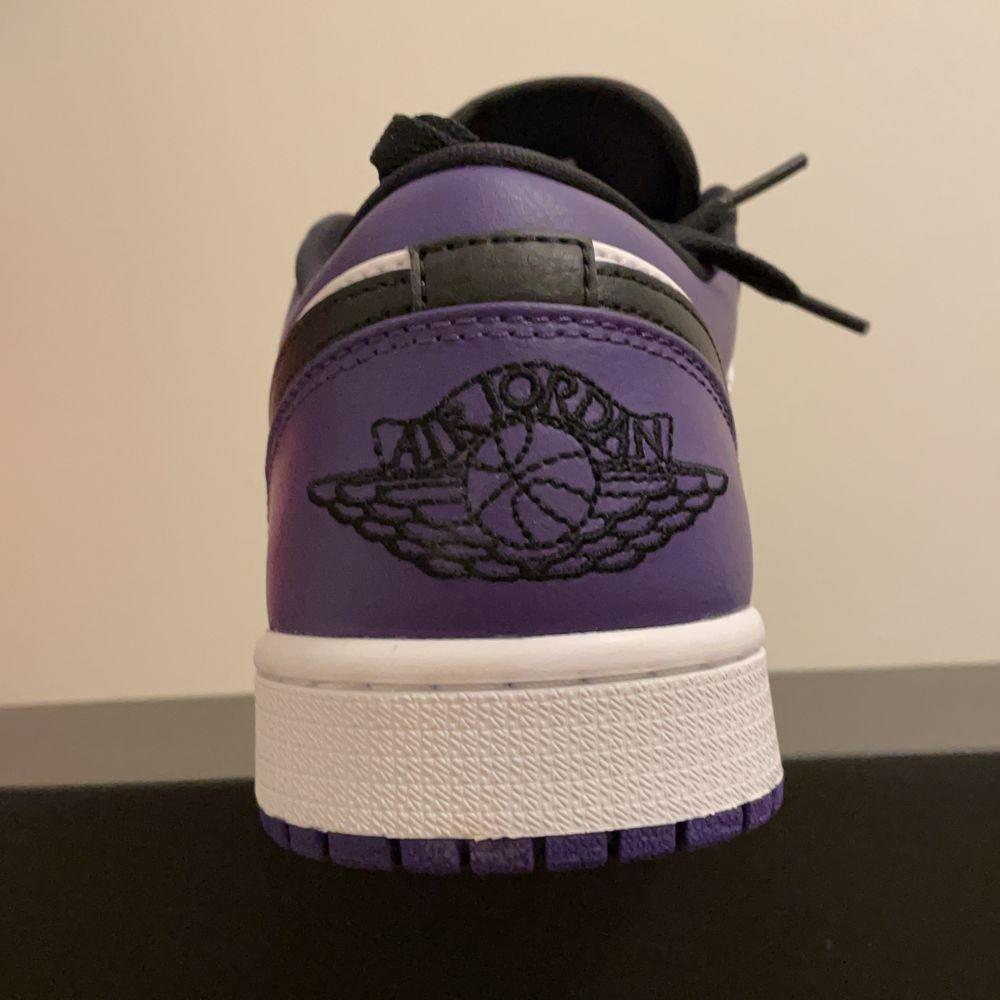 """Air Jordan 1 low """"court purple"""" storlek 42,5.  Buda från 1400 eller köp direkt för 1600kr. Dem är helt oanvända och kvitto medkommer med köpet så klar hör av er vid frågor eller info . Skor."""