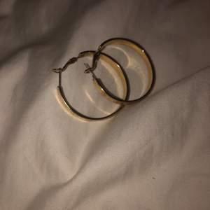 Ett par guld färgade örhängen! 🤩 har burits en gång och är köpta från ur och Penn för ett år sedan. Är lite tyngre än andra örhängen men de går att bära. Har en fin detalj med skruv märken som går runt hela örhänget. Så balla 🤩❤️ ny pris 150kr.