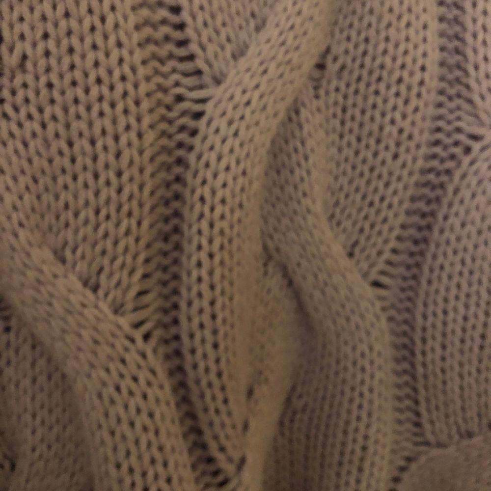 Superfin pastell-lila stickad tröja ifrån bershka! Storlek XS. Superfin att matcha med både jeans, kjol och mjukisbyxor🧸💞 pris går att diskutera vid snabb affär👊🏼. Stickat.