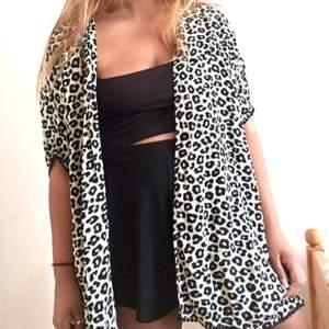 Kimono med leopard tryck.  Kan mötas upp i Stockholm annars står köparen för frakt.⭐️