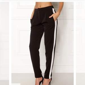 Säljer dessa helt oanvända byxor ifrån Vila! Sååå snygga!