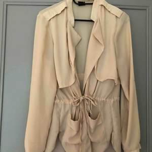 En beige blazer/ jacka från Gina tricot