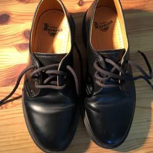 Women Dr Martens 1461 Low Top 3 Eye. Blanka, svarta skor i robust läder. Fel storlek. Endast använda ett fåtal gånger. Hipsterskor som fungerar i alla  sammanhang!  Frakt ej inräknad