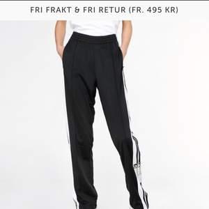 Adidasbyxor från junkyard🌸  Nypris - 699kr.🌸Använda ett fåtal gånger 🌸 Skriv gärna för fler bilder🌸 Köparen står för eventuell frakt🌸