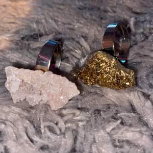 säljer dessa skitcoola ringar med riktiga stenar på😄😄dem går att reglera och är riktigt snygga, pris kan diskutera!