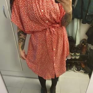 Fin skjortklänning från Monki i storlek s. Kommer med ett skärp