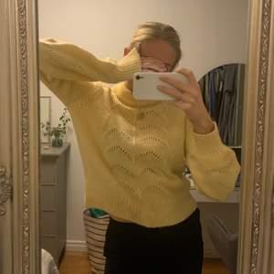 Gul stickad tröja som kommer från Gina tricot. Jättefin gul färg i väldigt bra skick ❤️ frakt tillkommer på 40kr