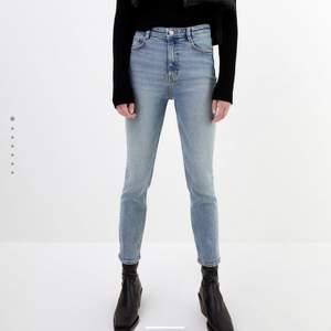 Säljer dessa jeans från Zara eftersom dom tyvärr är för små. Har endast testat dom och köpte dom i oktober i år. Så gott som nya! Frakten kostar 63kr. Nypris 299kr