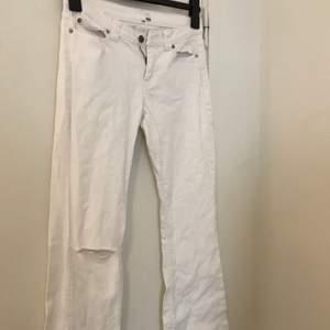 Ett par vita jeans ifrån H&M i strl M. Säljer då det är fel storlek mig. 50kr+frakt 😊