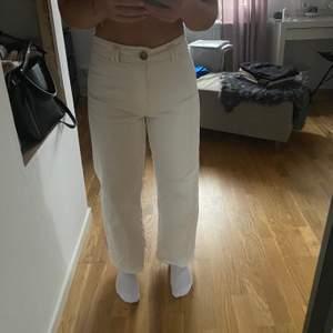 Super snygga vita jeans från Stradivarius men kommer tyvärr inte till användning💞💞 Köparen står för frakten