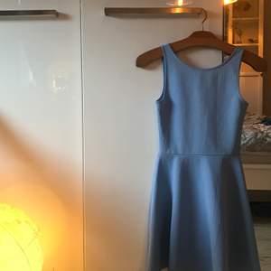 Jag säljer den här asfina klänningen pågrund av att storleken inte passar mig längre, jag är en 34/36 och klänningen är 34 men den är som en 32a!! Köpt second hand och är i väldigt bra skick!! Färgen är himmelsblå, passar jättefint på sommaren. Den är som i nyskick✨✨😼😼 säljer för 70 kronor inklusive frakt!!