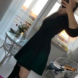 Jättevacker klänning, ser bra ut på kroppen. Storlek 38 men också bra på 36. Den övre delen är slät, den nedre delen är präglad enligt bilden.