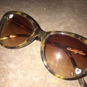 Superfina bruna solglasögon med rhinestones på kanterna🤎💖🤎