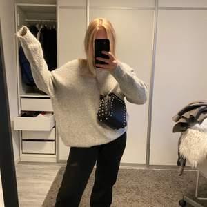 Oanvänd stickad tröja från Zara! Köpt förra vintern för 400kr & säljer för 100kr + frakt. Väldigt fin och skön💞💞