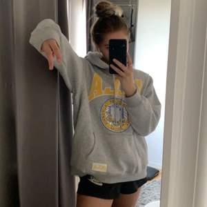 Oversized hoodie i storlek L, sitter jättesnyggt. Säljer för att jag inte får användning av den längre 💕