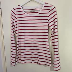 Vit röd randig långarmad tröja, vet inte vart den är köpt någon stans                                                        Storlek 36                                                                            60kr + frakt