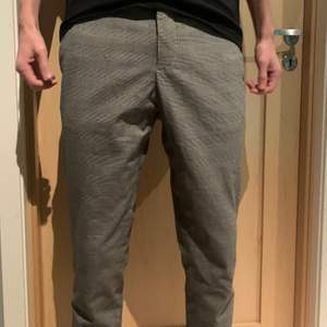 Min pojkvän säljer nu sina riktigt snygga rutiga kostymbyxor eftersom de har blivit för korta. Användna många gånger men mycket bra skick, privat för mer bilder😁. Han är 191cm för jämförelse!!!