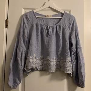 Blusen är ifrån hollister, går som mer en strl S än M. Bara använd 1 gång. Jätte fin blå färg