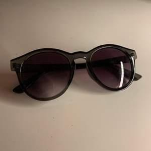 Oanvända solglasögon. Snygga och passar till allt. Frakt ingår i priset💕💕💕