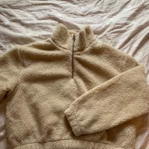 Skön teddy tröja som inte kommer till användning. Har använts få gånger och är precis som ny. Lite oversizad på mig som har S/M. Första bilden är inte riktigt rättvis i färgen så kolla andra bilden!💞