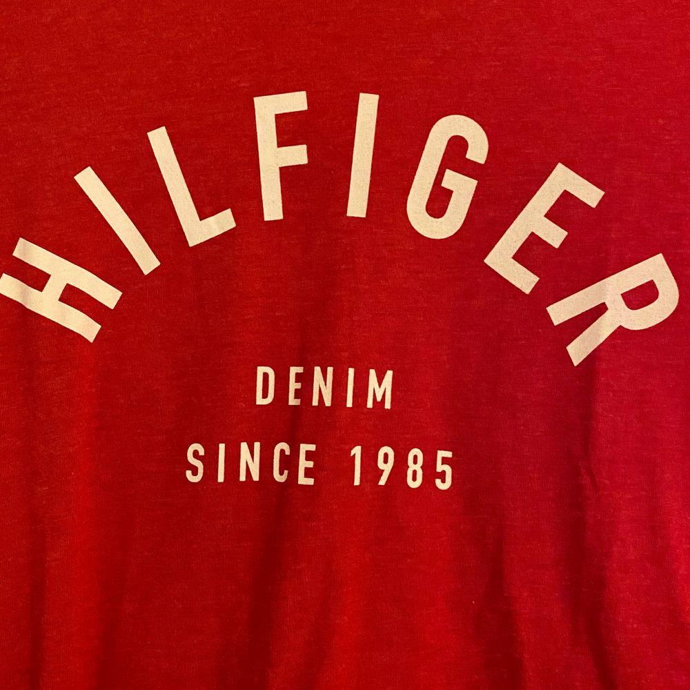 Röd t-shirt från Tommy hilfiger, aldrig använd. Fraktkostnad tillkommer. T-shirts.
