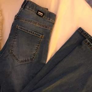 Säljer ett par dr Denim jeans som är blåa bootcut! Sitter svin bra men har blivit lite för små för mig. Frakt tillkommer som sagt och strl M💗 orginalpris är 499kr!