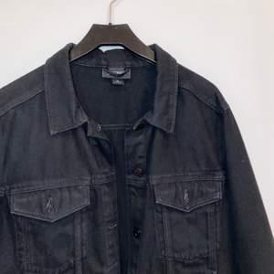 Helsvart jeansjacka från monki som är normal i storleken. Använd men i gott skick! Frakt tillkommer